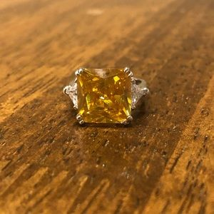 Size 6 yellow cocktail ring with side accents